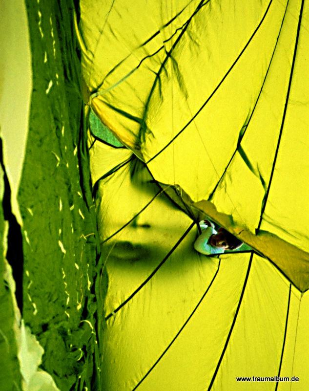 Gesicht in einer gelben Ballonhülle