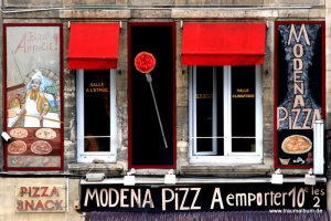 Fenster einer Pizzeria in Frankreich