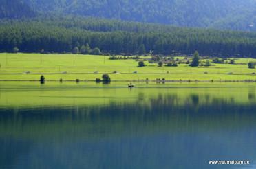 Stille Wasser auf dem Reschensee in Südtirol