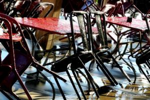 Stühle in einer Gartenwirtschaft
