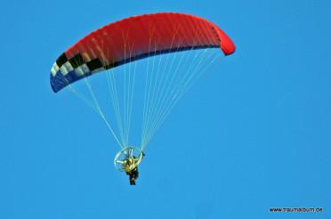 Ultraleichtflieger hoch am Himmel