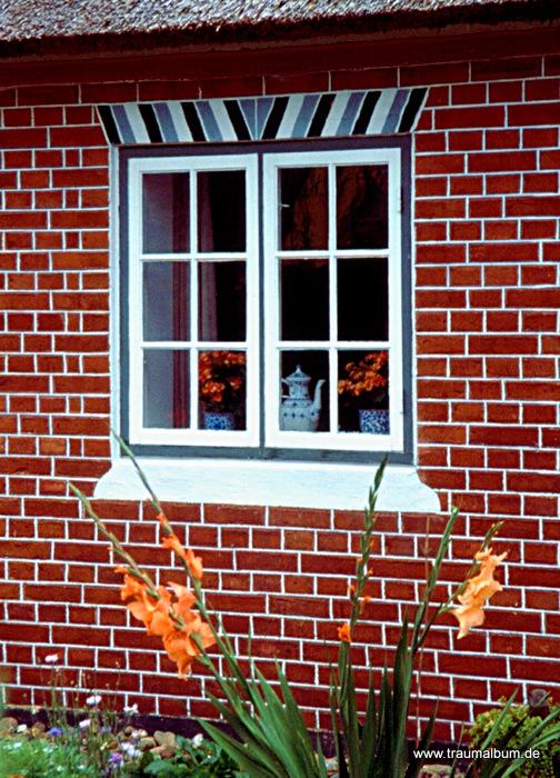 Hübsches Fenster in einem Backsteinhaus