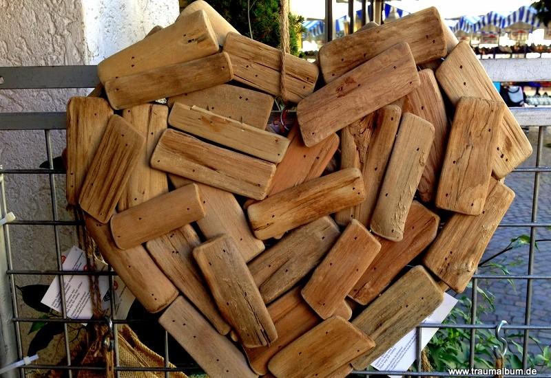 Herz aus Holzstückchen