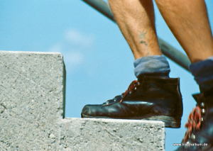 Füße auf einer Treppe
