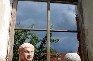 Fenster mit Buddha – Meditatives Fotografieren