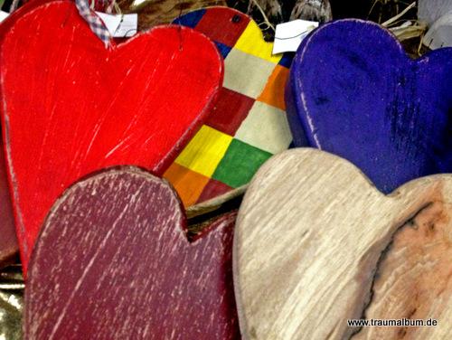 Bunte Herzen aus Holz