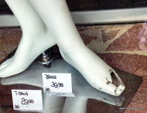 Füße im Schaufenster