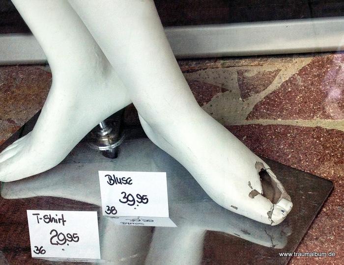 Kaputte Füße im Schaufenster