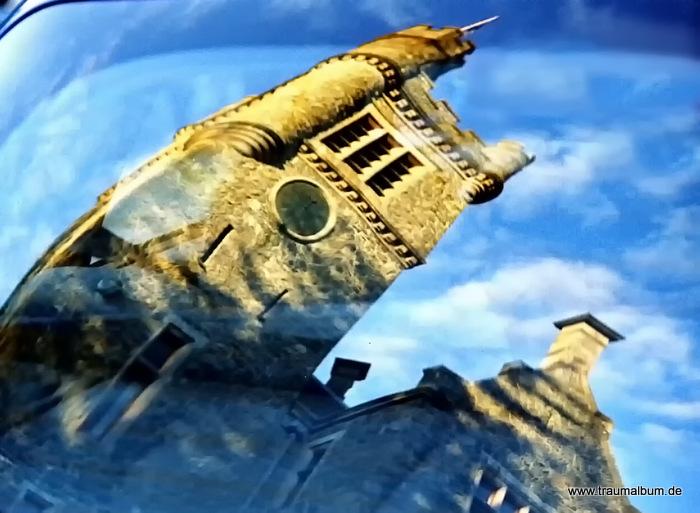 Das Schloss in Schottland – Spiegelung im Autofenster