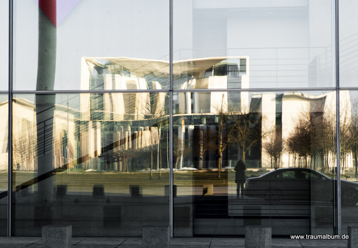 Paul Löbe Haus - Paul Löbe Haus - eine Spiegelung in Berlin