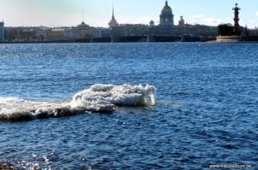 Eis auf der kalten Newa in Sankt Petersburg