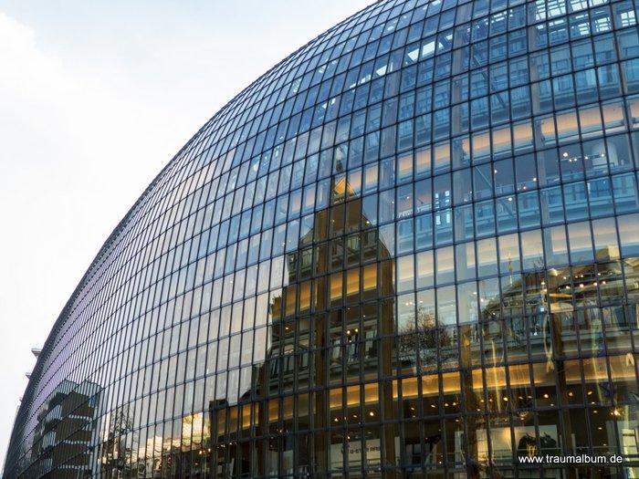 Der Konsumtempel, eine Spiegelung aus Köln