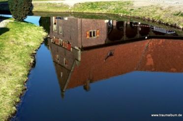 Schloss Raesfeld und eine Spiegelung im Burggraben
