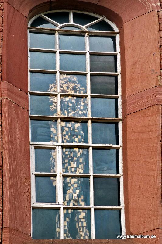 Fensterblick aus dem alten Kirchenfenster