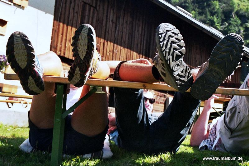 Müde Füße beim Wandern? Einfach hochlegen!