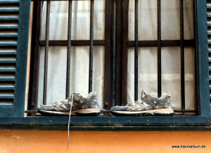 Schuhe am Fenster