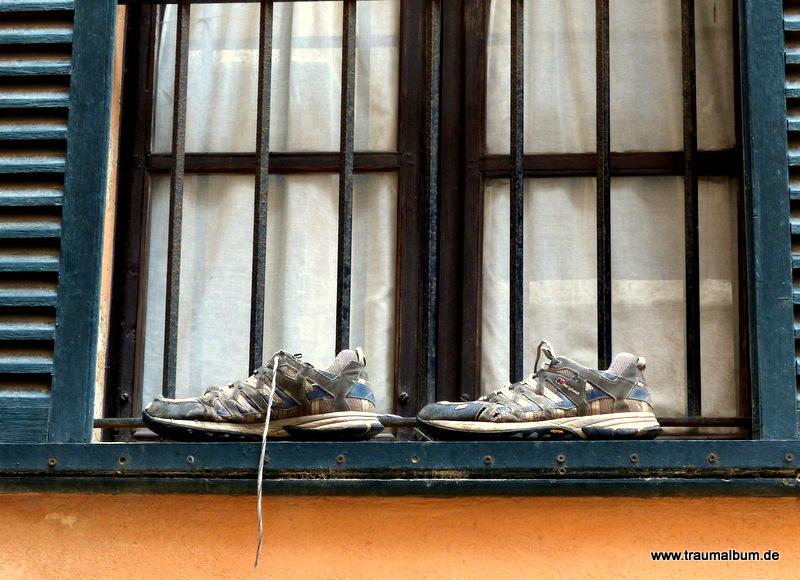 Schuhe am Fenster, gelüftet für den Fensterblick #99