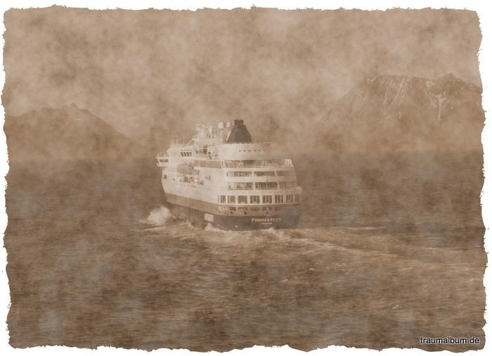 Begegnung mit der MS Finnmarken auf den Hurtigruten