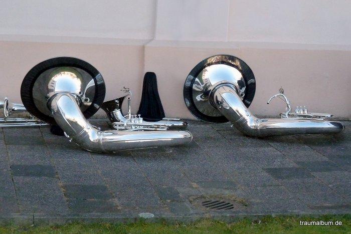Tubas, auf dem Boden abgelegt