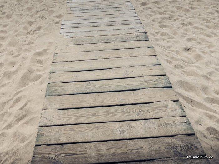 steg im sand als beispiel für minimalismus