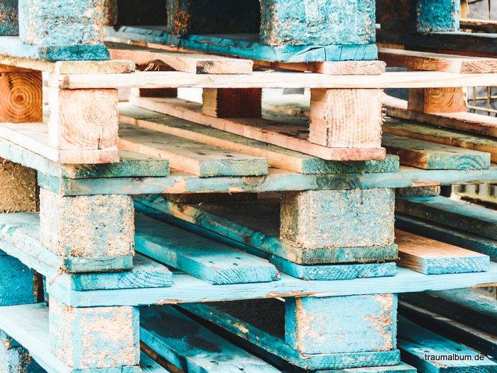 Holzpaletten in minimalistischer farbgestaltung