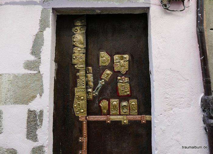 Messingbeschläge an einer Tür