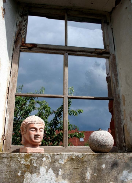 Buddafigur am Fenster fensterkabinett