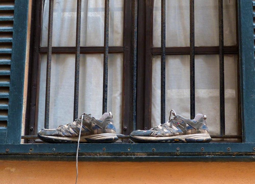 Schuhe am Fenster in Palma di Mallorca fensterkabinett