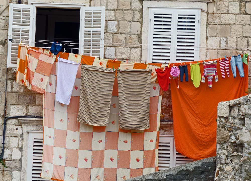 Wäsche am Fenster an der Burg in Dubrovnik traumalbum